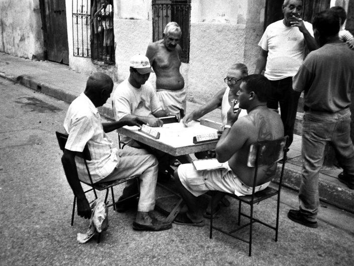Jugando al dominó. Jibara. Cuba. 2004