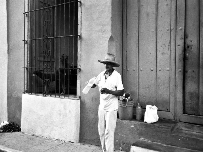 La llegada de agua del camión cisterna. Jibara. Cuba. 2004