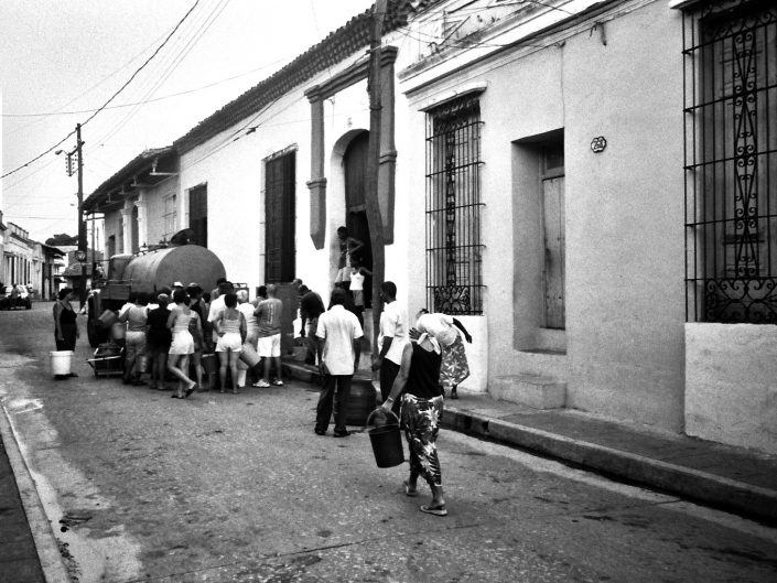 La llegada del camión cisterna. Jibara. Cuba. 2004